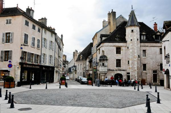 Красивое и старинные улицы Бона бургундской Франции ...