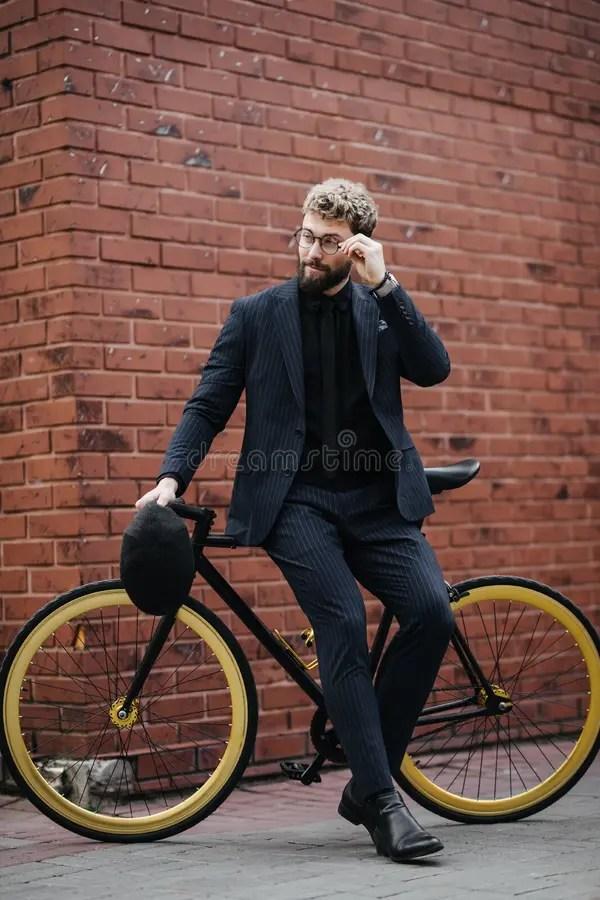 Красивый бородатый человек нося в костюме, с бородой и ...