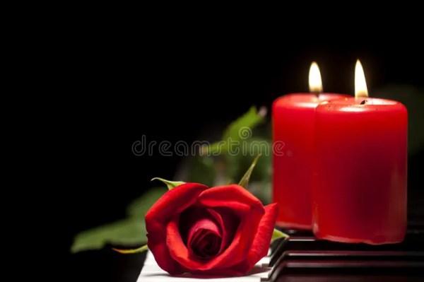 Красная роза и свеча на ключах рояля Стоковое Фото ...