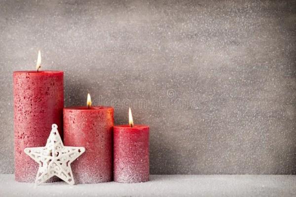 Красная свеча горения на предпосылке снега детали ...