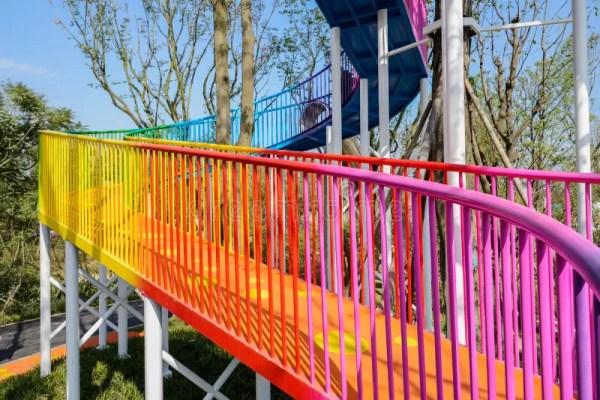 Красочный стальной Footbridge закручивая в спираль вверх в ...