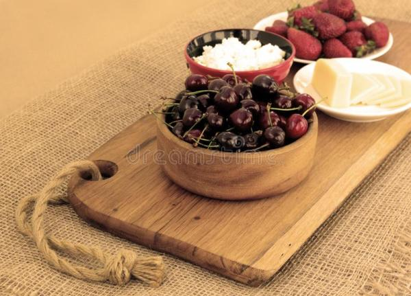Крупный план здорового завтрака: творог, клубники, вишня и ...