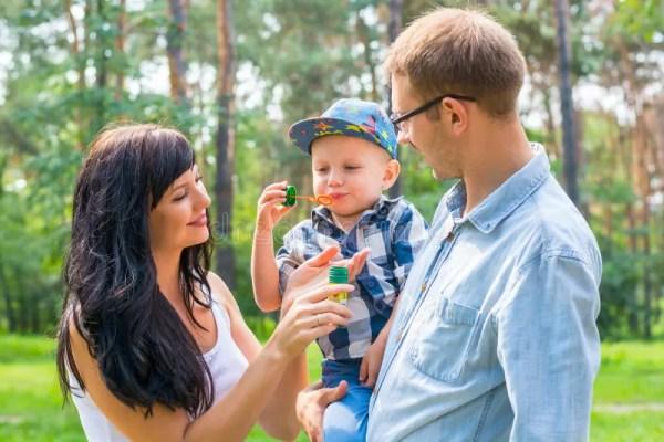 Семья с пузырями мыла дуновения детей Стоковое Фото ...