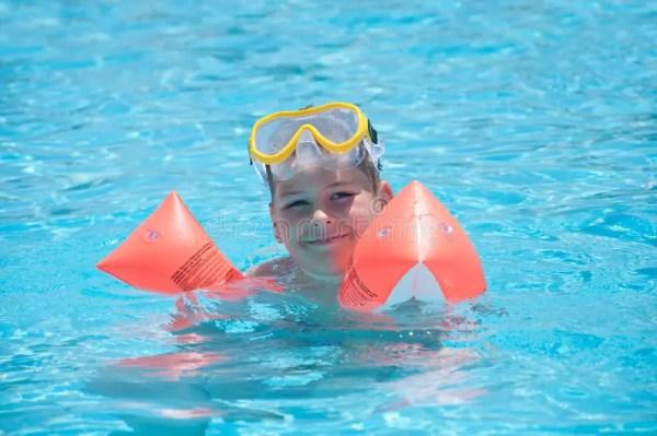 Мальчик плавает в бассеине стоковое изображение ...