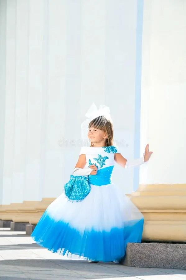 Маленькая невеста. Девушка в сочном белом и голубом платье ...
