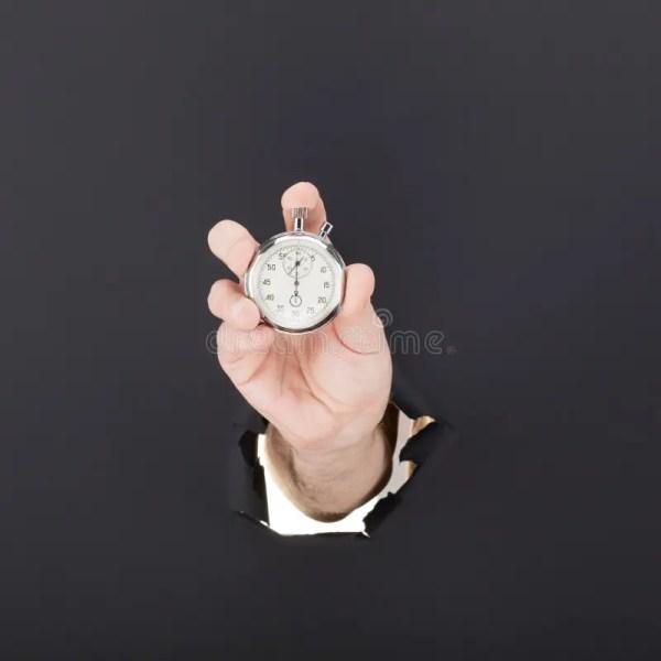 Мужская рука выходить бумажная предпосылка и держа ...