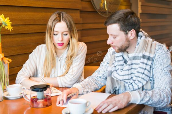 Мужские и женские коллеги дела работая совместно на ...