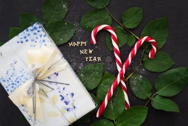Надпись Нового Года на черной доске с подарком и красной ...