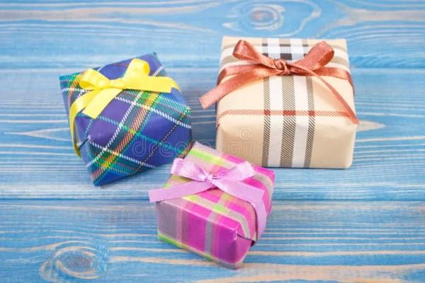 Обернутые красочные подарки с лентами для рождества или ...