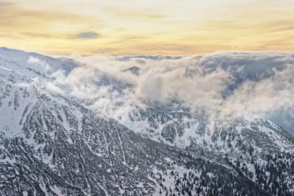 Облако и солнце в Kasprowy Wierch в Zakopane в Tatras в ...