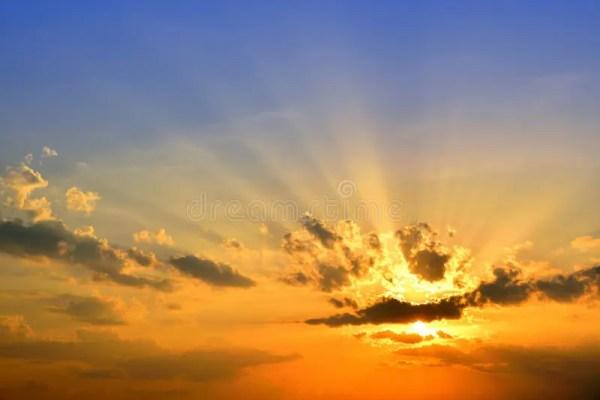 Темное облако на голубом небе с солнцем излучает Стоковое ...