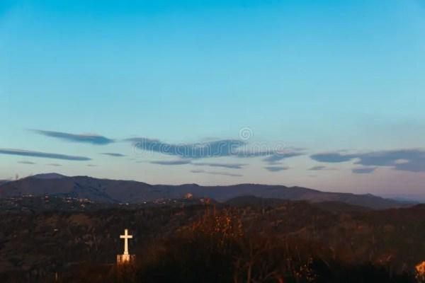 освещенный крест на небе звездной ночи с млечным путем в ...