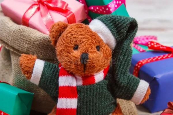 Плюшевый медвежонок с красочными подарками для рождества ...