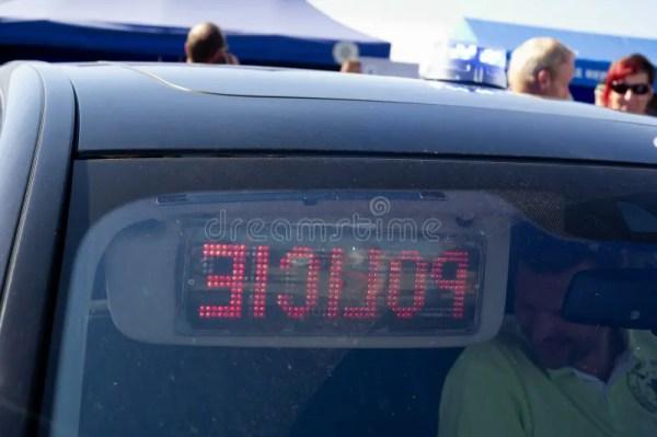 Полиция - переднее окно автомобиля с предупреждающим ...
