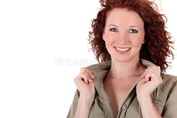 привлекательные с волосами красные детеныши женщины ...