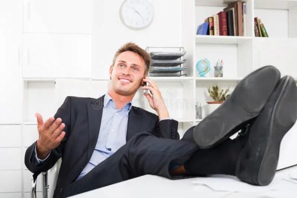 Расслабленный человек говоря на телефоне на офисе Стоковое ...