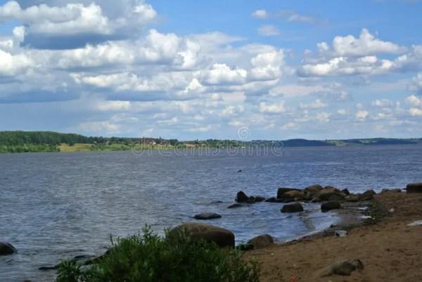 Река Волга около городка Kineshma, области Иванова ...