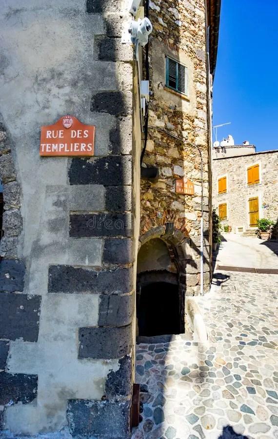 Рута De Templier; улица в деревне Grimaud, Var, к югу от ...