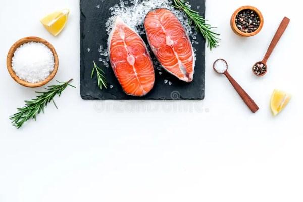 Свежий стейк лосося с специями, розмари, лимон для ...