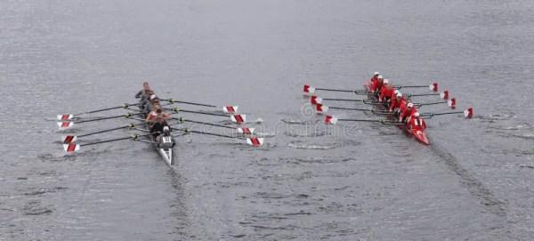 Экипаж женщин Айовы участвует в гонке в голове Eights ...