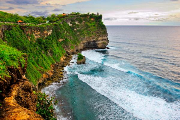 Скала пляжа, Uluwatu, Бали стоковое фото. изображение ...