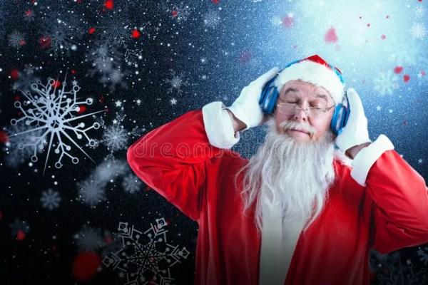 Составное изображение Санта Клауса слушая к музыке на ...