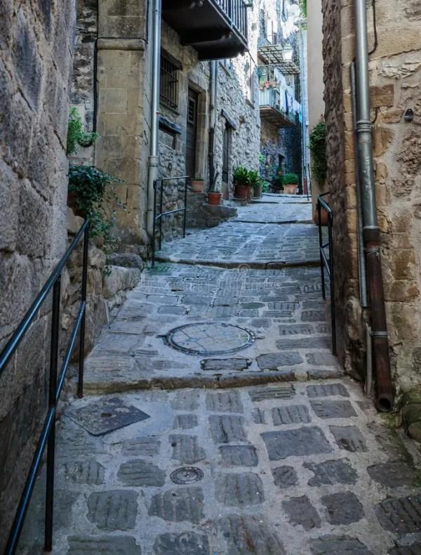 Сужайте мощенные булыжником улицы в старой деревне ...
