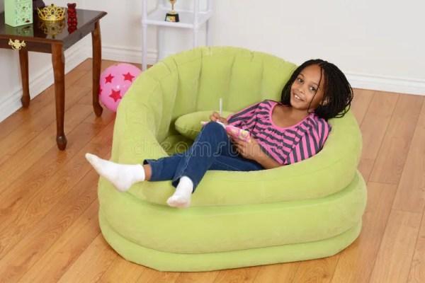 Счастливый молодой черный ребенок ослабляя Стоковое Фото ...