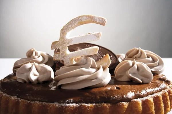 Торт губки шоколада с знаком евро и евро шоколада ...