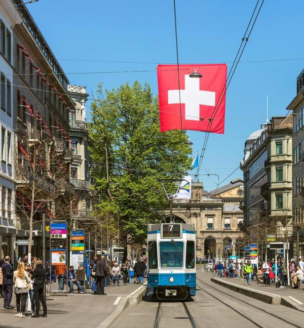 Трамваи на улице Bahnhofstrasse в Цюрихе Швейцарии