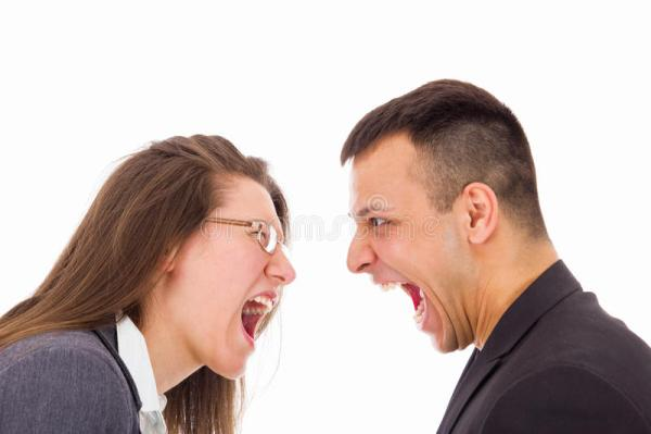 Человек и женщина с проблемами влюбленности выкрикивая на ...