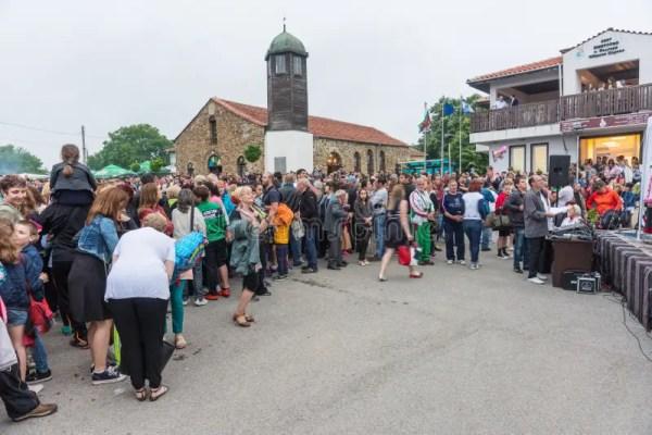 Болгария, деревня болгар Смешные женщины и дети на играх ...