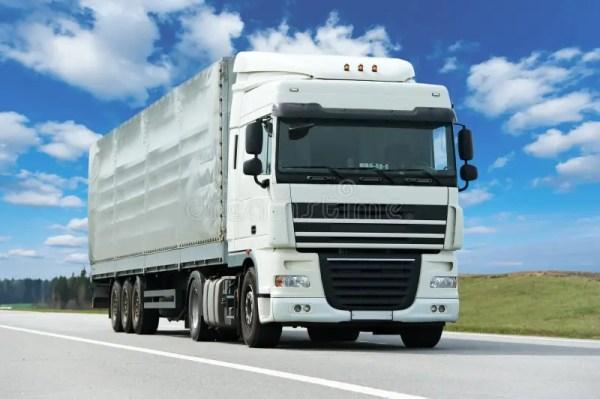 Camion Blanc Avec La Remorque Grise Au-dessus Du Ciel Bleu ...