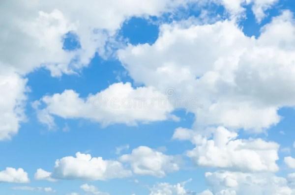 Ciel bleu avec des nuages image stock. Image du atmosphère ...