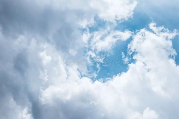 Ciel Bleu Avec Les Nuages Et Le Soleil Blancs Photo stock ...