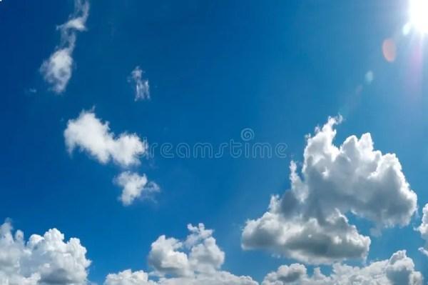 Ciel Nuageux Bleu Avec Le Soleil Image stock - Image du ...