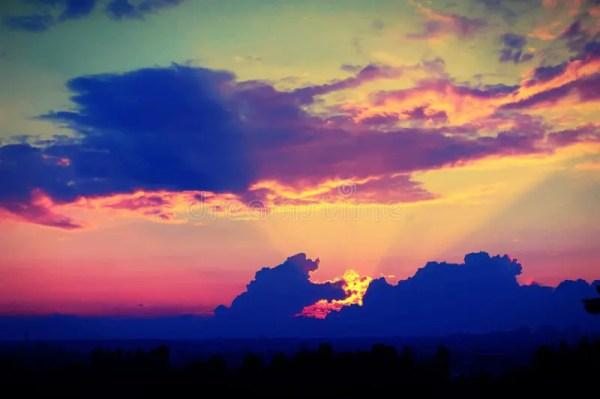 Coucher Du Soleil Merveilleux Avec Les Nuages Bleu-foncé ...