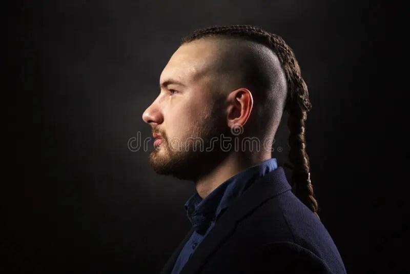 Comme un mohawk, cela nécessitera un peu d'entretien et un rasage régulier des côtés. Homme Avec Les Dreadlocks Ressembler A Un Viking Coupe De Cheveux Iroquois Photo Stock Image Du Cheveu Coupe 117071554