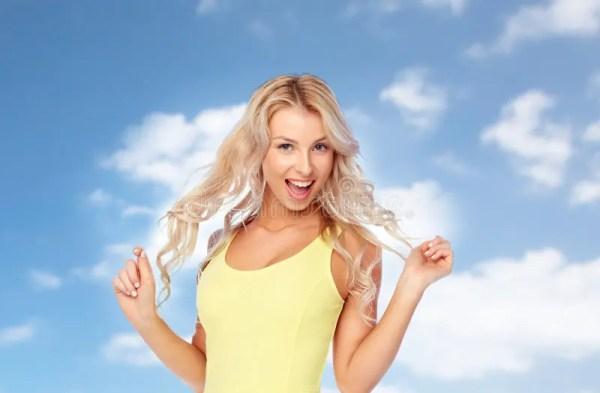 Jeune Femme Heureuse Avec Les Cheveux Blonds Au-dessus Du ...