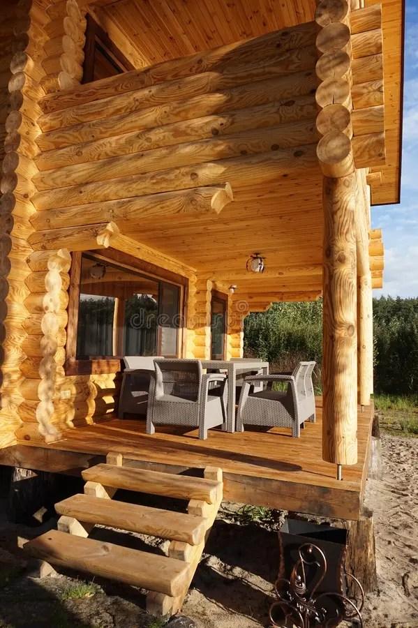 la veranda d une maison en bois sur