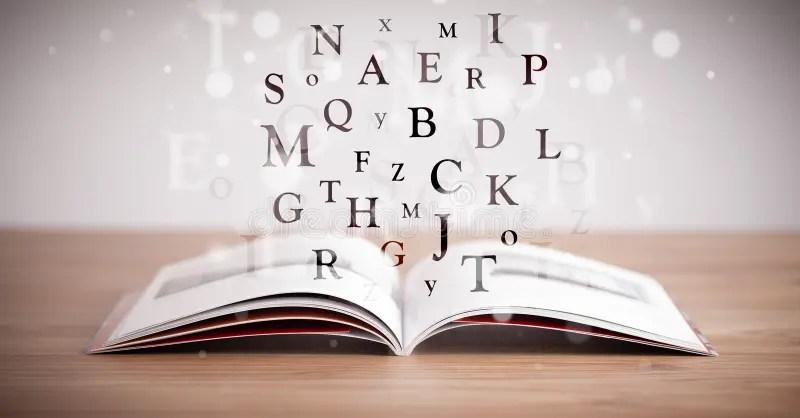 Libro Abierto Con Las Letras Del Vuelo Stock De