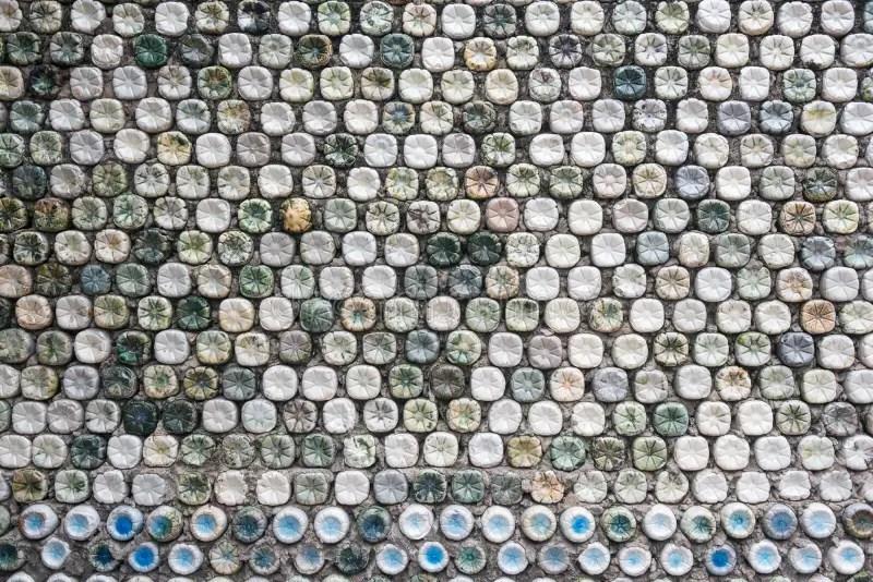 mur en beton fait de bouteilles en