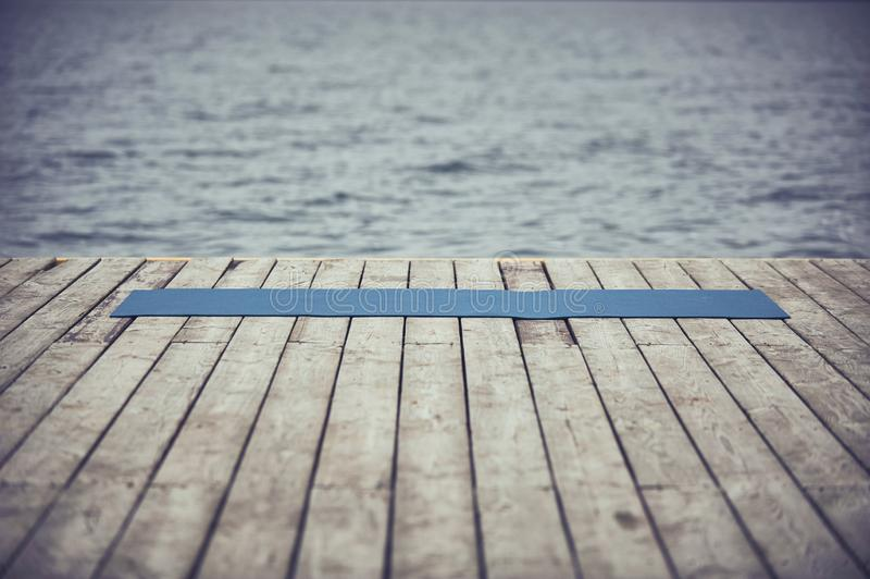 plate forme en bois pres du lac et