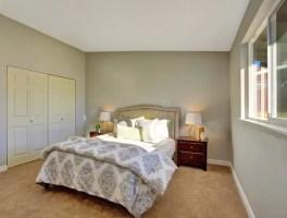 Schlafzimmer Mit Teppichboden Und Türen Zum Eingebauten ...
