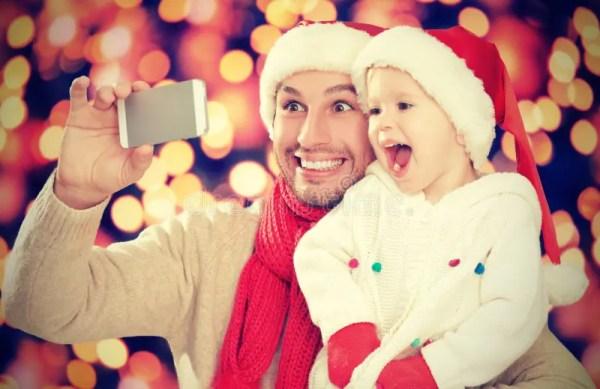 Selfe в рождестве счастливый папа семьи с дочерью и ...