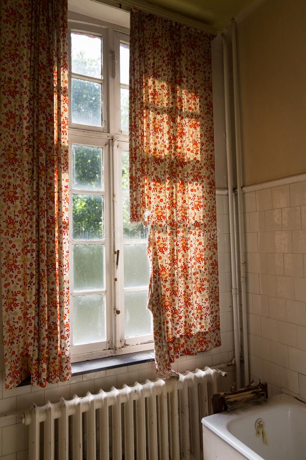 vieux rideaux en fenetre de salle de