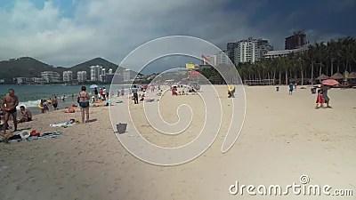 Толпить пляж Dadonghai на туристском острове Хайнаня на ...
