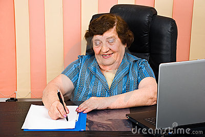 https://i1.wp.com/thumbs.dreamstime.com/x/la-m%C3%A1s-vieja-mujer-de-risa-escribe-en-el-papel-14789175.jpg