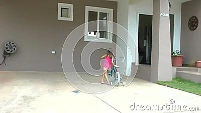 La Petite Fille Laissant Tomber Sa Bicyclette Devant Sa