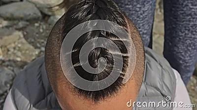 Bienvenue chez alexandre k, un salon de coiffure situé dans le 15ème arrondissement de paris, à deux pas du parc georges brassens. Les Cheveux De L Homme Des Tresses La Femme Tresse Les Cheveux D Un Homme Le Garcon Fait Une Coiffure De Viking Tissez Les Cheveu Banque De Videos Video Du Diversite Tresse 130568604